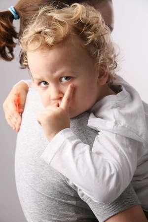 personne en colere: Kid sur m�res mains.  Banque d'images