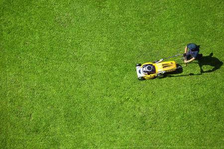 Een man het gras maaien Stockfoto