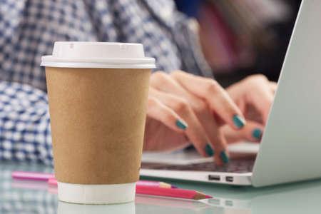 tazas de cafe: Joven mujer bebiendo caf� de la taza desechable Foto de archivo
