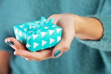 Close-up de la main féminine tenant un cadeau Banque d'images - 33606762