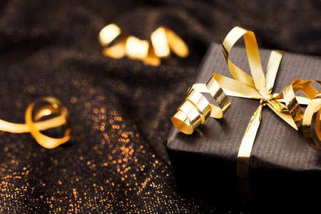 Boîte cadeau noire sur fond noir brillant. Banque d'images - 33610183