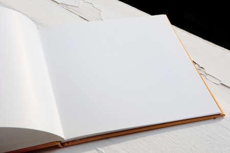 Ouvrir brochure vide sur une table en bois Banque d'images - 33598846