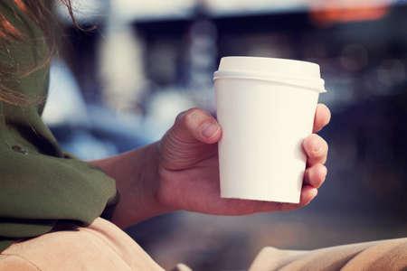 tazas de cafe: Joven mujer de tomar café de la mañana vaso desechable Foto de archivo