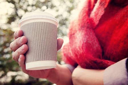 drinking coffe: Joven mujer bebiendo caf� de la taza desechable Foto de archivo