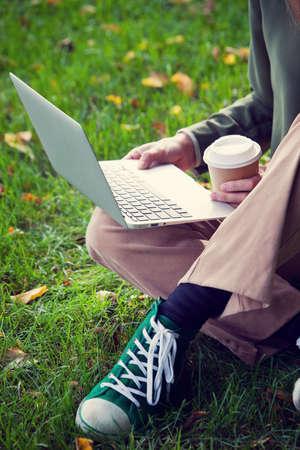 Femme travaillant dans le parc. Le travail indépendant Banque d'images - 33654094
