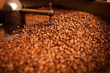 roasted coffee in roaster Imagens