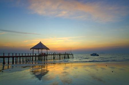 カンボジアのシアヌーク ビーチ、海辺での夕日