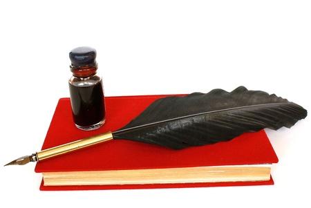 pluma de escribir antigua: Libro rojo, botella de tinta y pluma aisladas sobre fondo blanco