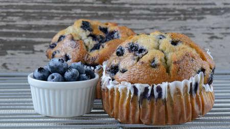 Fresh Blueberry Muffins on Rustic Burlap Background Standard-Bild