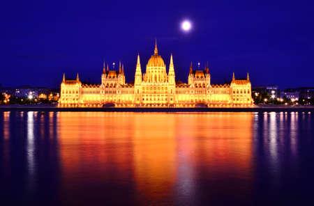 ハンガリー国会議事堂、夜の時間でブダペストの。 写真素材