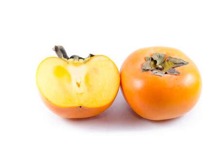 白い背景に分離された熟した柿