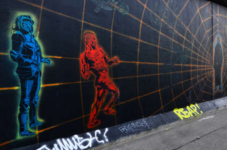 BERLIJN - 14 oktober Graffiti op de Berlijnse Muur bij de East Side Gallery 14 oktober 2011 in Berlijn Redactioneel