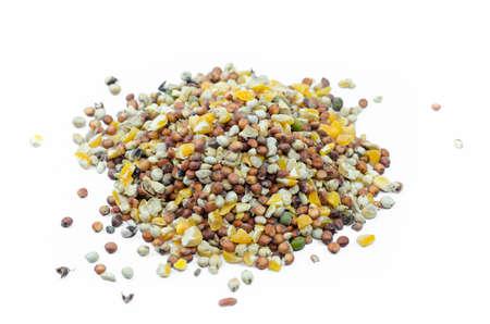 ペット鳥に食糧を白い背景で隔離の種子の混合物の山