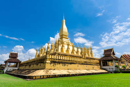 far east: Hito viajes Laos, wat pagoda de oro Phra That Luang en Vientiane. Templo budista. Famoso destino turístico en Asia.