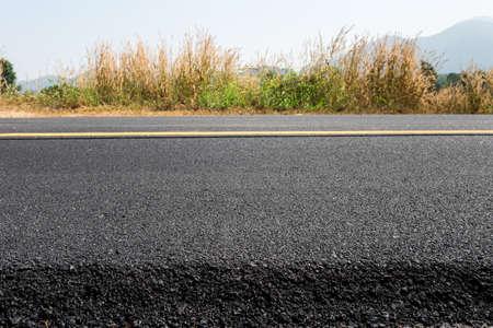 新しい道路の黄色い線