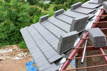鋼構造および新しい家の屋根のタイル 写真素材