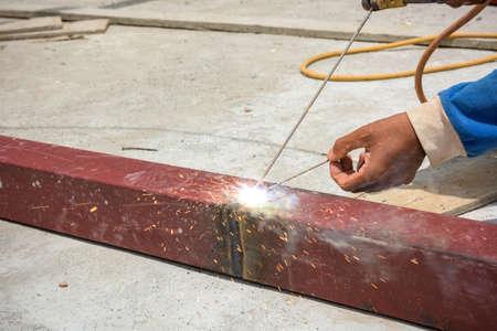 soldadura: Trabajador del soldador de soldadura de metal. Arco eléctrico brillante y chispas