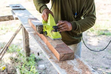 planos electricos: trabajador de la planeación de un tablón de madera con un plano eléctrico