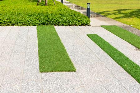 betonnen pad en kunstgras