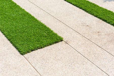 betonnen pad en kunstgras Stockfoto