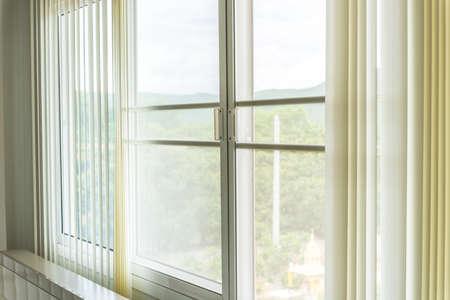 CRan de la fenêtre Mosqito avec des rideaux blancs texture Banque d'images - 61057516