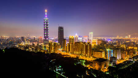 夕暮れ台北の街のスカイライン。 写真素材
