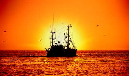 Fischerboot und Sonnenuntergang Lizenzfreie Bilder