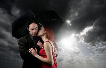 uomo sotto la pioggia: una coppia con ombrello