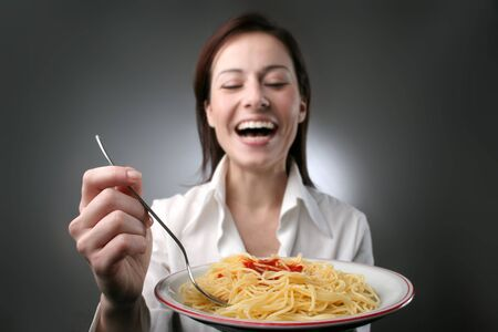 plato del buen comer: una mujer feliz que come el espagueti