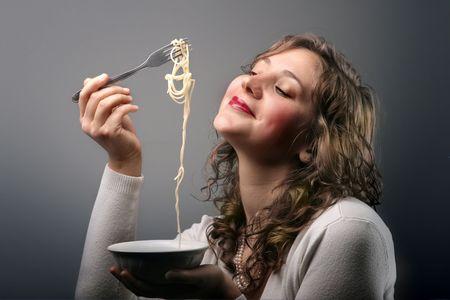 plato del buen comer: una mujer de comer el espagueti