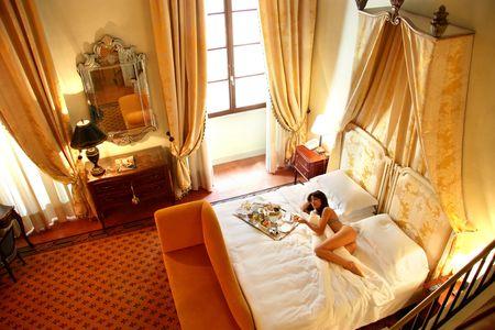 ragazza nuda: una bella donna in una stanza di un hotel di lusso Archivio Fotografico