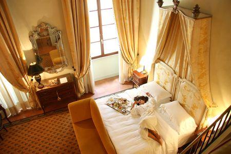 bathrobes: una mujer en una habitaci�n de hotel de lujo