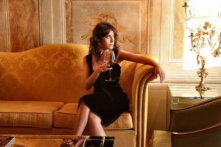 donna ricca: una donna in un salotto di lusso