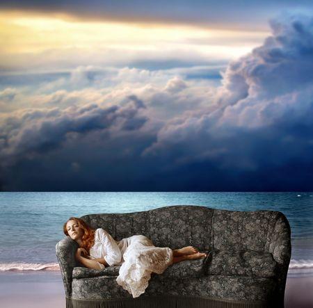 woman sleep: una mujer durmiendo en el sof� en la playa
