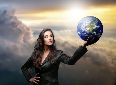 une femme d'affaires avec un globe Banque d'images