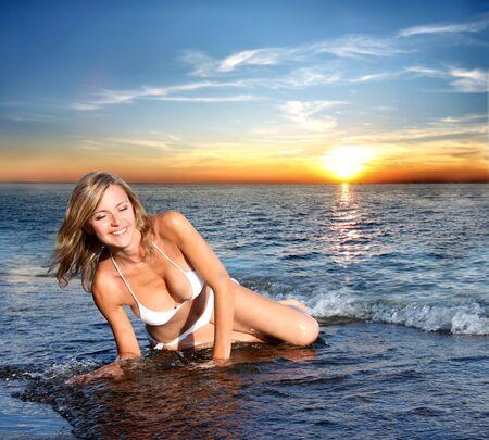personas tomando agua: mujer sexy en bikini en la playa