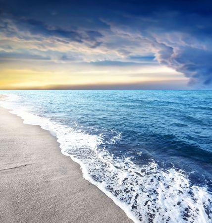 th�?¨: tha hermosa playa a la puesta del sol Foto de archivo