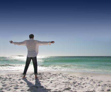 respiration: Vue arri�re de l'homme avec les bras ouverts face � la mer