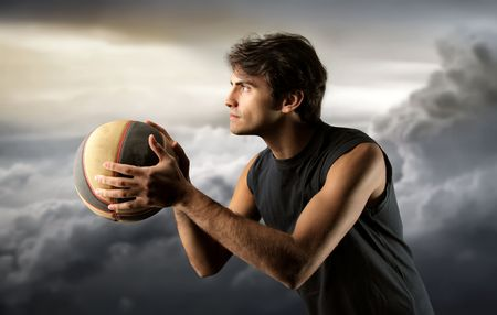 world player: jugador de baloncesto y un cielo nublado Foto de archivo