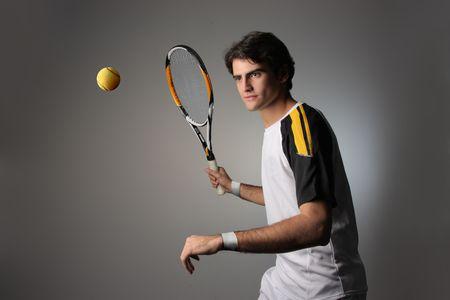 world player: jugador de tenis guapo en la acci�n