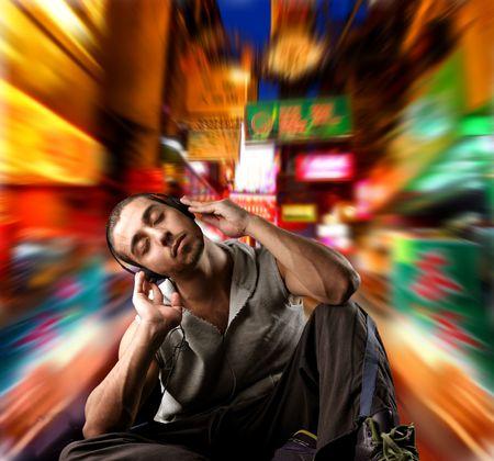 actief luisteren: guy luisteren muziek met stad achtergrond