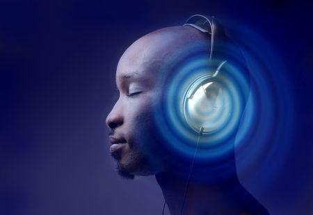 listening to music: hombre negro en el perfil de escuchar m�sica con auriculares