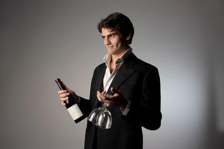parejas sensuales: hombre apuesto que ofrece el vino tinto Foto de archivo
