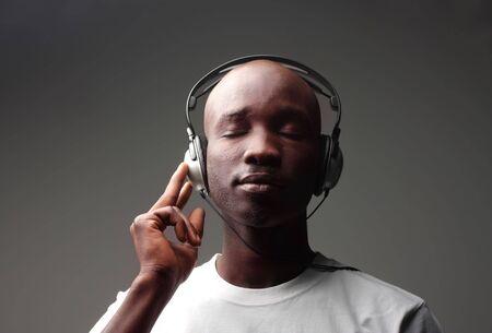 escuchando musica: tipo africano escuchar música Foto de archivo