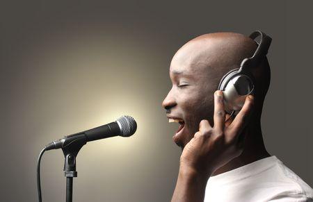 persona cantando: cantante negro en un estudio de