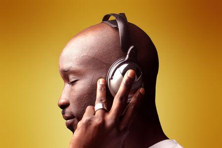 audifonos: chico negro sobre el perfil de escuchar m�sica con auriculares