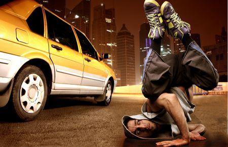 taxi: break dancer en una calle de la ciudad, cerca de taxi amarillo