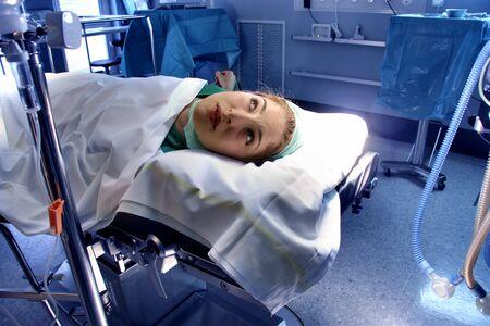 operante: ritratto di una donna in una sala operativa