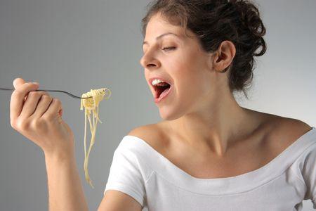 plato del buen comer: mujer joven comer pasta