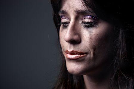 donna che grida: closeup di donna che piange